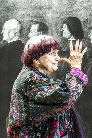 Agnès Varda näyttää pitkää nenää omalle kuvalleen elokuvassa Kasvot, kylät