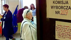 En glimt in i en vallokal i den polska staden Lodz under parlamentsvalet 2019.