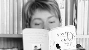 Kirjabloggaaja Kirsi Hietanen lukee Onkelin Ilosta taloa.