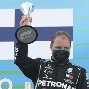 Trean Valtteri Bottas på prispallen.