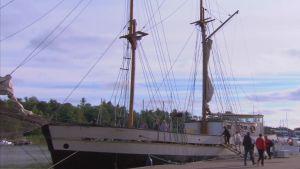 Segelbåt i Nystads hamn.