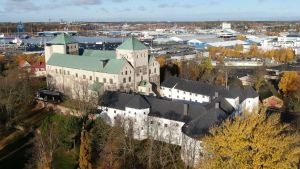 Åbo slott fotograferat uppifrån, med hamnen i bakgrunden.