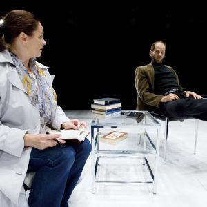 Kohtaus näytelmästä Fundamentalisti, jossa esiintyvät Auvo Vihro ja Minna Hokkanen.