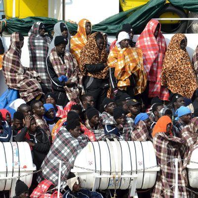Flyktingar räddas på Medelhavet.