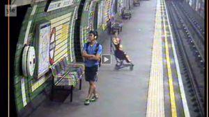 Barnvagn rullar ner på metrospåret i London i juli.