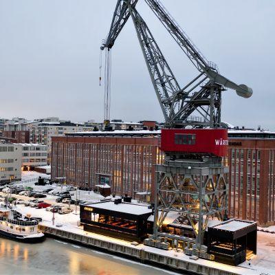 Ravintola Crane on rakennettu ikään kuin satamanosturin läpi.