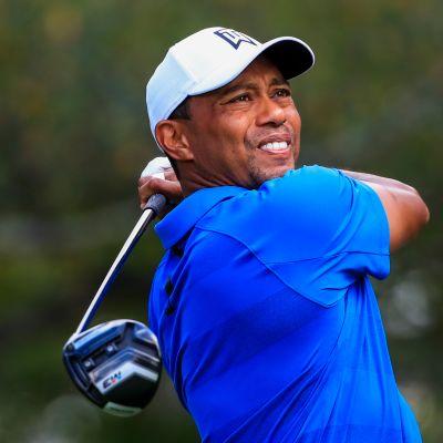 Tiger Woods seuraa katseella pallon lentoa.