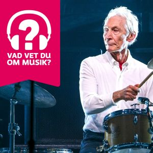 Charlie Watts spelar trummor.