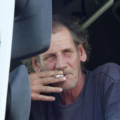 Mies polttaa tupakkaa elokuvassa Perkele 2 - Kuvia Suomesta