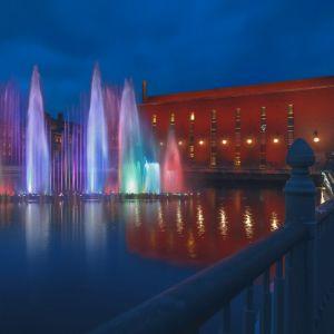 Vattenstrålar som lyser i olika färger.