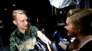 Simon Zion tatueras av Susanne Remahl