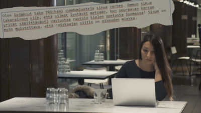 Kvinna sitter vid datorn. Ett hotmejl är inklistrat på bilden.
