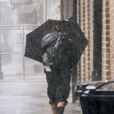 En kvinna promenerar på en gata i New Orleans, Louisiana som drabbas av orkanen Ida.