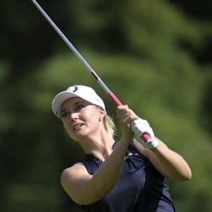 Sanna Nuutinen spelar golf i Tokyo.