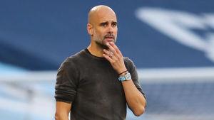 Pep Guardiola coachar sitt lag under en match.