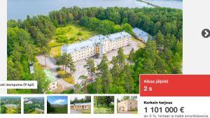 Enn stor byggnad ur fågelperspektiv, träd, gräs, strand, mindre bilder, också priset syns på skärmen. Skärmdump av en nätauktion på huutokaupat.com. OPKK sålde Knipnäs sjukhus på uppdrag av fastighetsbolaget vars majoritetsägare är staden Raseborg.
