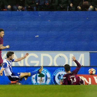 Will Grigg gör 1–0 mot Manchester City.