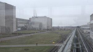 Det litauiska kärnkraftverket Ignalina ser ensligt ut trots att det fortfarande sysselsätter nästan 2000 personer så länge avvecklingen och nedmonteringen pågår.