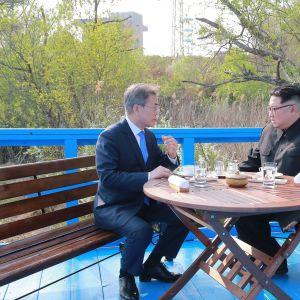 Sydkoreas president Moon Jae-In och Nordkoreas ledare Kim Jong-Un under en kaffepaus på fredagens toppmöte.