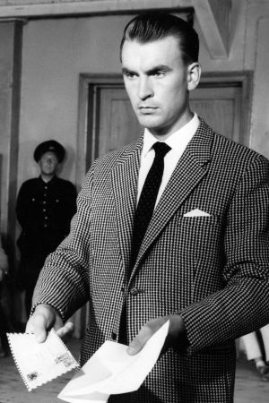 Komisario Susikoski (Ismo Kallio) esittelee todistuskappaletta oikeuden puheenjohtajalle (Aarne Välimäki) elokuvassa Kolmas laukaus (1959)