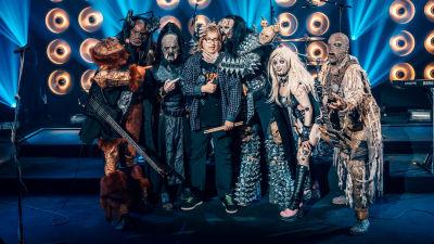 Vertti poseeraa yhdessä Lordi-hirviöiden kanssa SuomiLOVEn lavalla.