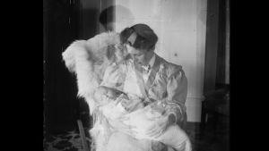 äiti ja vauva 1910-luvulla
