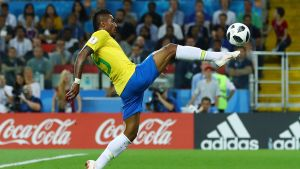 Paulinho smäller in 1-0.