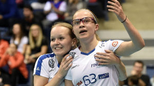 Veera Kauppi får en kram av Jenna Saari i VM-finalen 2017.