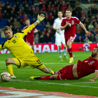 Hradecky tänjer sig i en landslagsmatch för Finland.