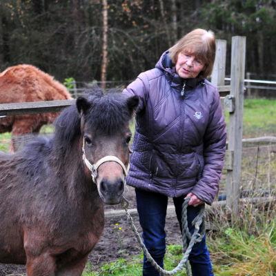 Dagmar von Tyszka-Uthardt med sina hästar.