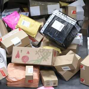 En massa postpaket som väntar på att bli hanterade.