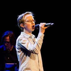 Felix Östman sjunger