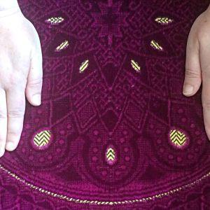 Händer på islamsk bönematta