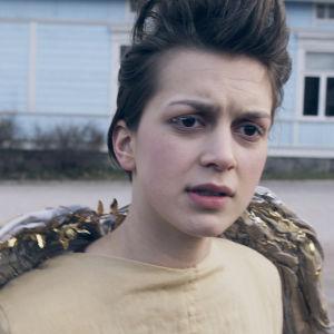 Ca Bäck dansar på Flatnäs torg i dramaserien Lola uppochner