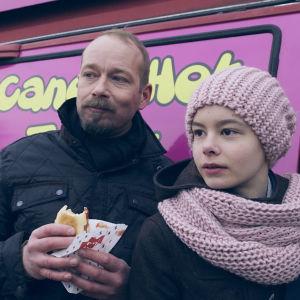 Dan-Johan (Niklas Goundstroem) ja Lilja (Caisa Calin) Lattaniemen torilla.