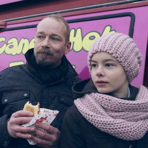 Dan-Johan och Lilja på Flatnäs torg i dramaserien Lola uppochner.