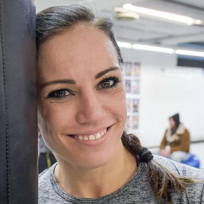 Eva Wahlström poserar vid boxningssäck.
