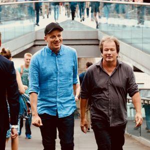 Kaj Korkea-aho och Kjell Westö kommer upp för rulltrappa i London.