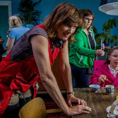 Mari Rantasila ohjaa Jenni Lausia Puluboin ja Ponin leffan kuvauksissa.