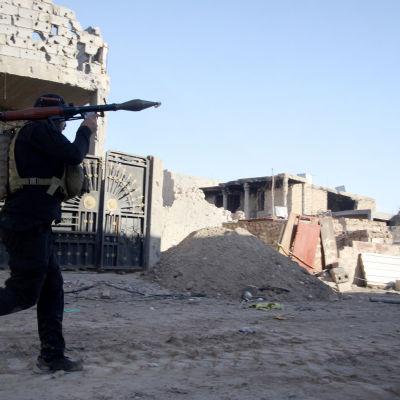 Islamiska staten, IS, har intagit flera stadsdelar i provinshuvudstaden Ramadi i Irak. Tusentals har flytt på grund av striderna. På bilden en medlem av de polisiära insatsstyrkorna i Irak.