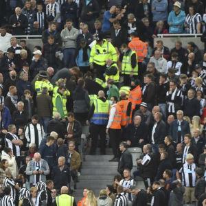 Katsomossa sattunut sairauskohtaus keskeytti Newcastlen ja Tottenhamin valioliigaottelun.
