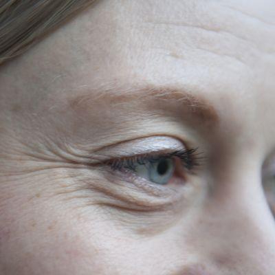 Naisen silmät.