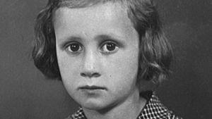 Eeva Lennon pikkutyttönä ruutumekossaan valokuvaajan studiossa