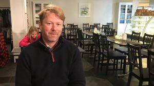 Benjamin Donner sitter på ett café i Dalsbruk