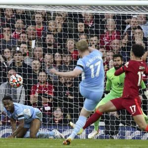 Kevin De Bruyne laukoo Manchester Citylle 2-2-tasoituksen.