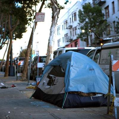 Tält för hemlös person i Tenderloin, San Francisco.