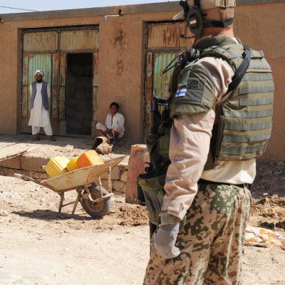 Finsk fredsbevarare patrullerar i Afgjanistan i juli 2010.