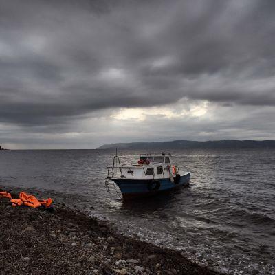 Pakolaisten jättämiä pelastusliivejä Lesbos-saaren rannalla Kreikassa 3. joulukuuta.