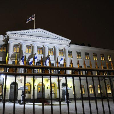 Presidentinlinna valmiina juhlavalaistuksessa tasavallan presidentin itsenäisyyspäivän vastaanottoon 6. joulukuuta 2012 Helsingissä.