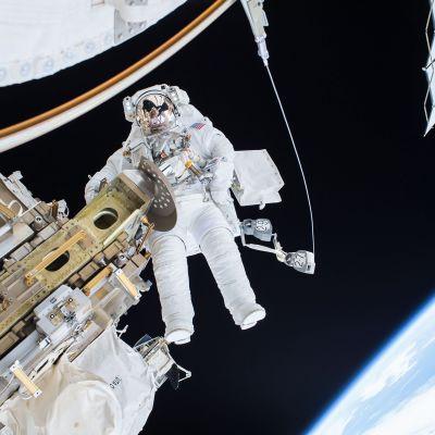 Astronautti Timothy Kopra huoltotehtävissä Kansainvälisellä avaruusasemalla 21. joulukuuta.